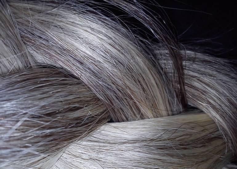 Siwe włosy – prawdziwa zmora, czy sposób na oryginalność?